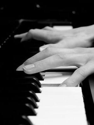 mains sur piano